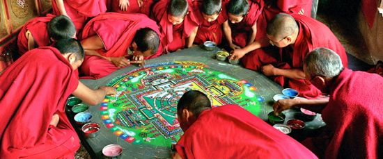 Samsara Buddhists paint mandala