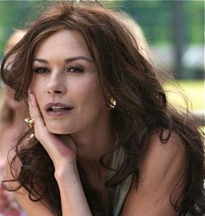 Playing for Keeps' Catherine Zeta-Jones fixes her gaze on the soccer coach