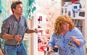 Jason Bateman and Melissa McCarthy are surprised by hit men