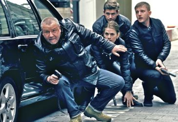 Sweeney's Ray WInstone and his cops croach behind car