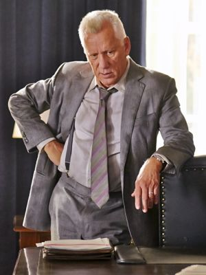 James Woods stands behind Oval Office desk in White House Down