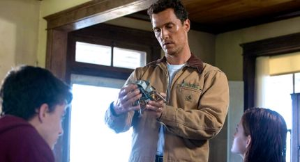 Interstellar's Matthew McConaughey stands in farmhouse with his kids