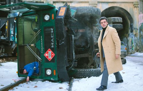Most Violent Year's Oscar Isaac stands next to overturned truck with dead body