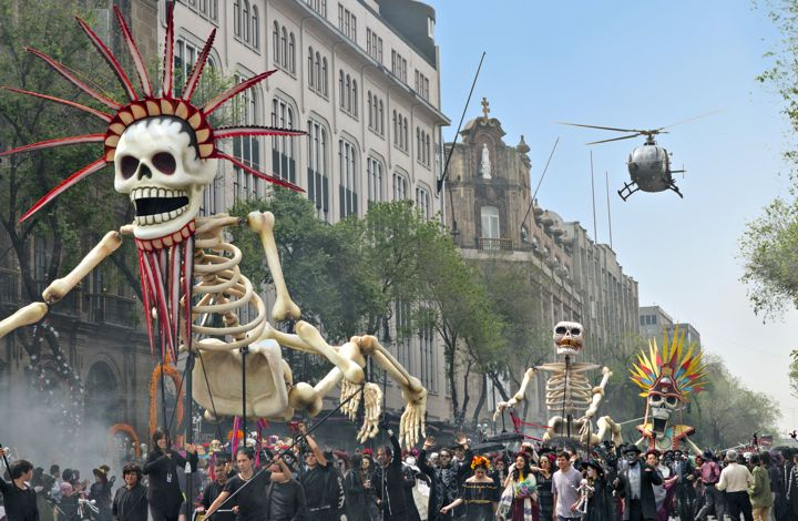 Spectre's Daniel Craig chases villain through Day of Dead parade in Mexico City