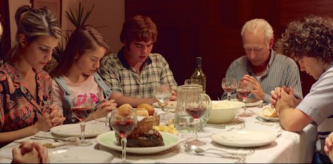 The Clan's Guillermo Francella, Peter Lanzani pray with family before meal