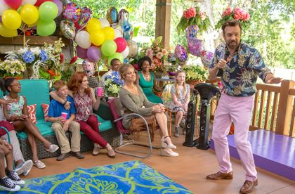 Mother's Day's Jason Sudeikis performs karaoke at Mother's Day party