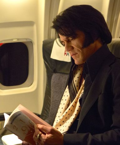 Elvis & Nixon's Michael Shannon reads book on airliner