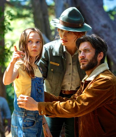 Pete's Dragon's Bryce Dallas Howard talks to youngster Oona Laurence as Wes Bentley looks on