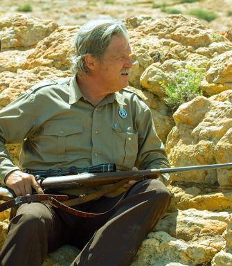 Hell or High Water's Jeff Bridges rifle takes sniper position behind craggy rocks
