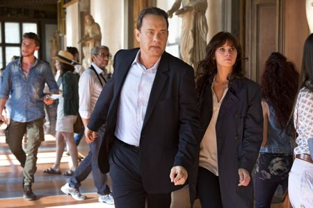 Inferno's Tom Hanks and Felicity Jones rusn out the Vasari corridor into the Uffizi