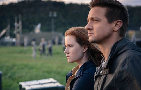 Arrival's Amy Adams, Jeremy Renner in military fatigues stare at spaceship