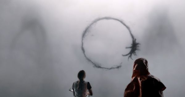Arrival's Amy Adams looks at extraterrestrials' hieroglyphs